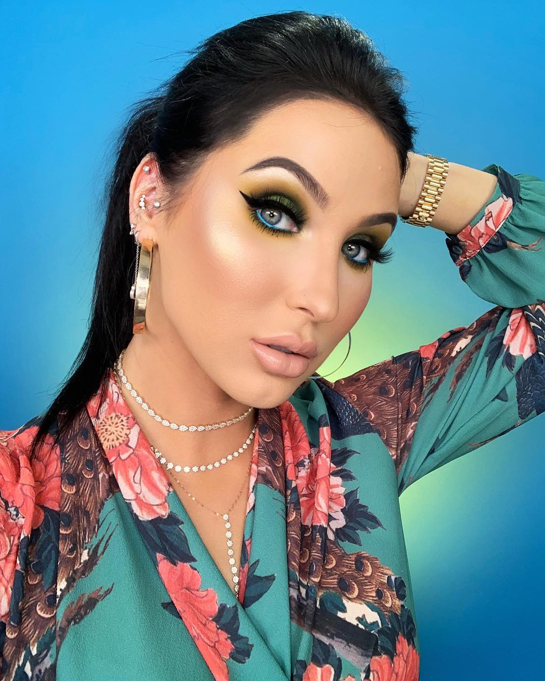 Jaclyn Hill With Cat Eye Makeup And Nude Lips Wearing Peacock Floral Blouse 2019
