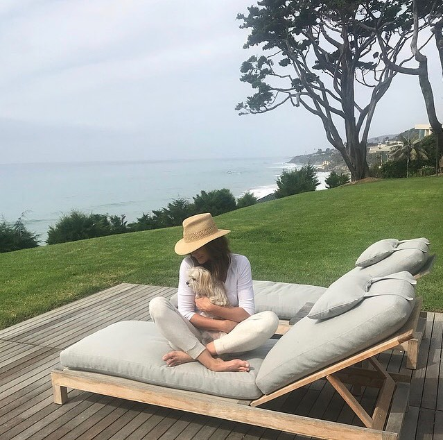 Cindy Crawford Wearing White Loungewear With A Straw Fedora Hat 2020