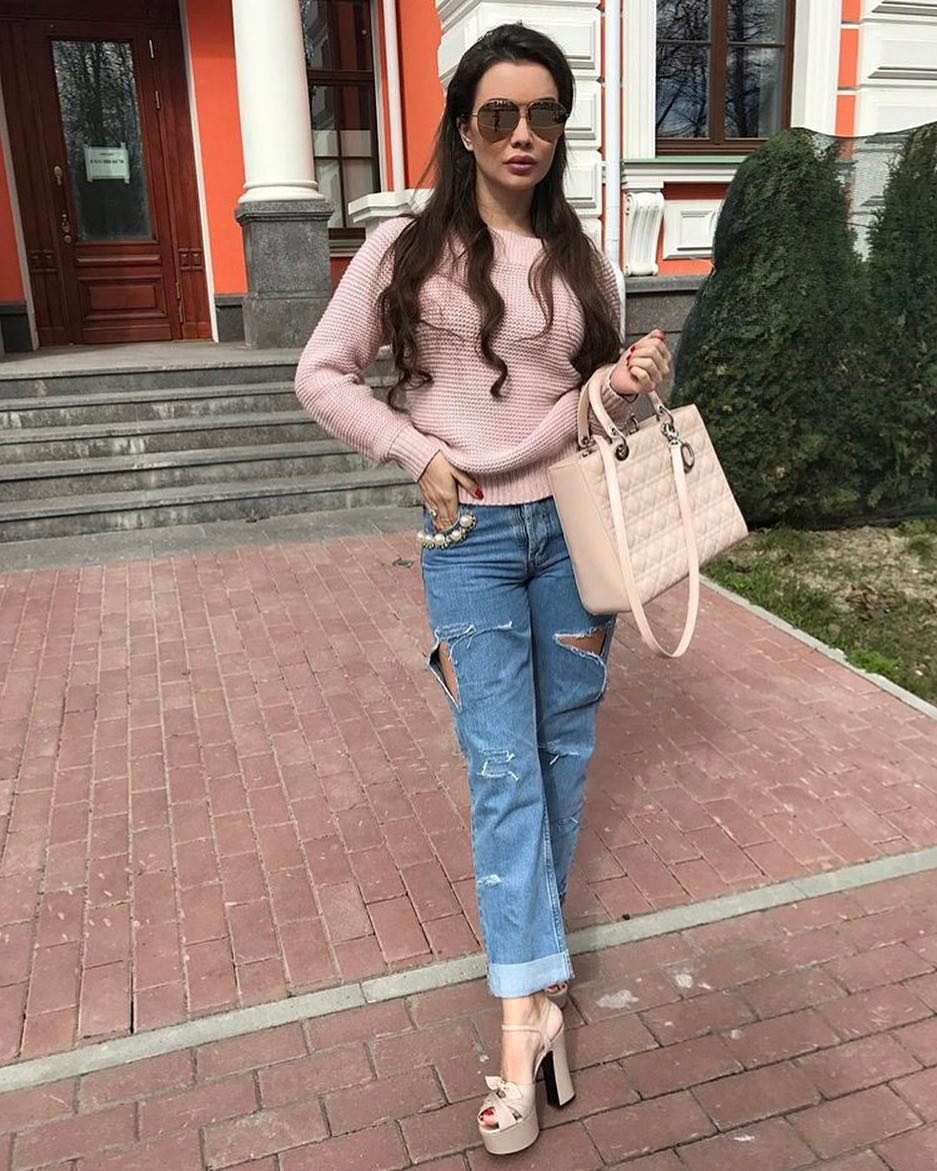 Casual Street Walks: Pink Sweater And Boyfriend Jeans 2019