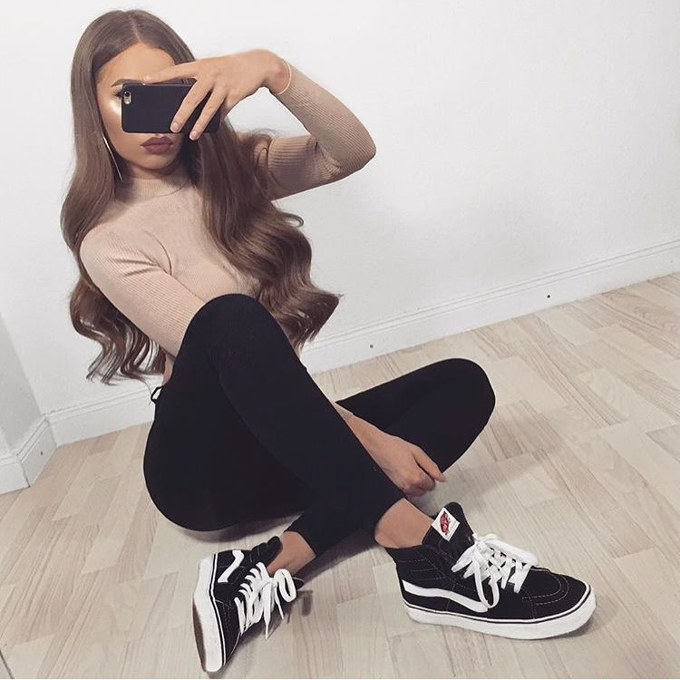 Casual Day Outfit: Beige Sweater, Black Leggings And Black Trainers 2019