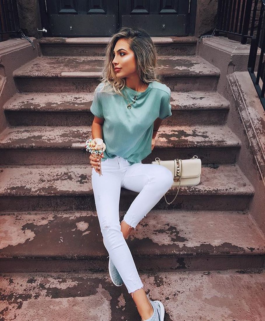 Day Off Look: Pastel Turquoise T-shirt And White Skinny Jeans 2020