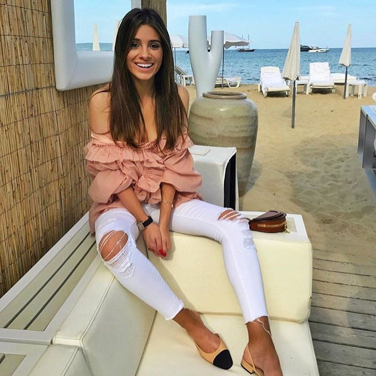 Day Look For The Beach: Off Shoulder Top In Blush And Ripped White Skinnies 2020