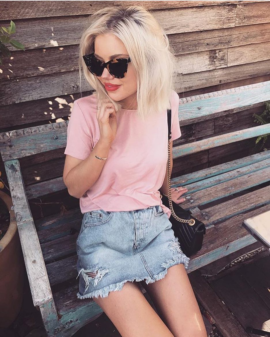 How To Wear Oversized Tortoise Cat-Eye Sunglasses With Pink Tee And Denim Skirt 2020