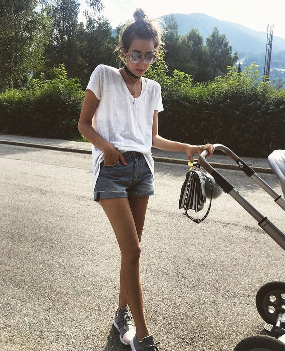 Simple Casual Outfit Idea For Walking With A Stroller 2021