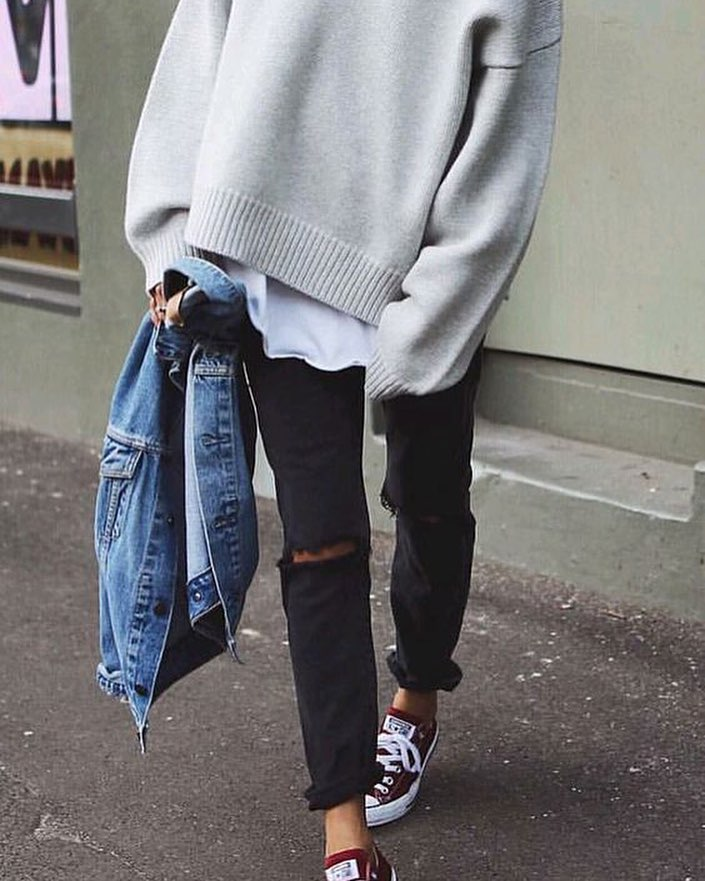 How To Wear Black Knee-Ripped Jeans With Trainers And Oversized Sweater 2019