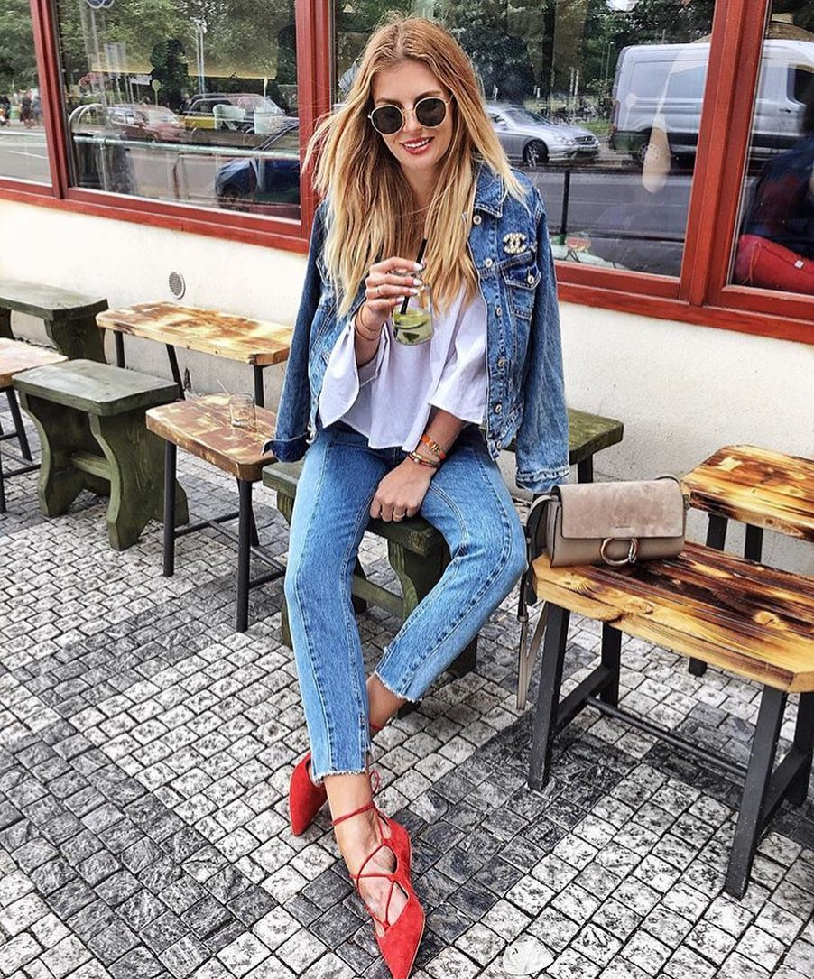 How To Wear Double Denim With Rounded Sunglasses, White Shirt And Red Pumps 2019