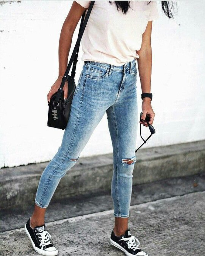 How To Wear White T-shirt Tucked In Knee Ripped Skinny Jeans With Black Trainers 2019