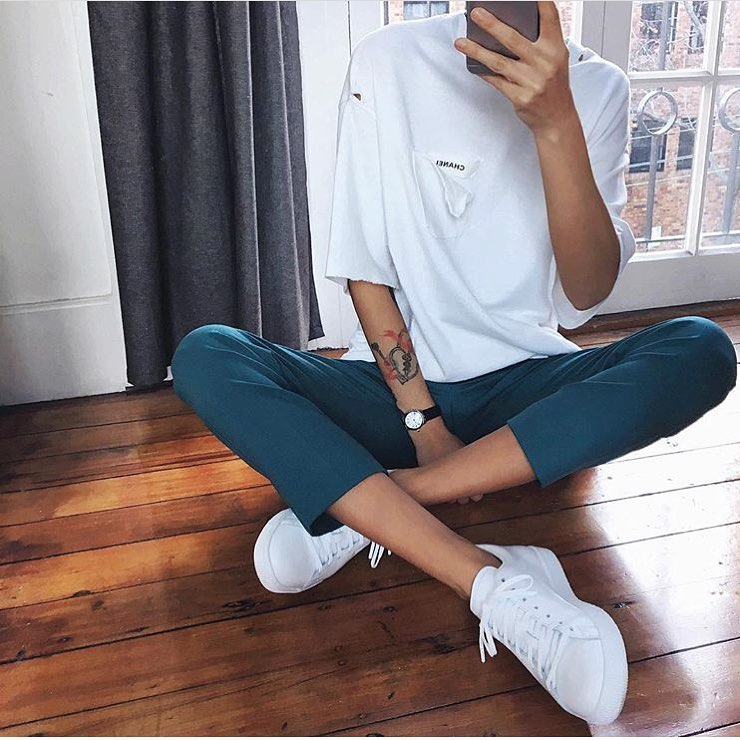 How To Wear White Oversized T-Shirt With Dark Turquoise Pants And White Kicks 2020