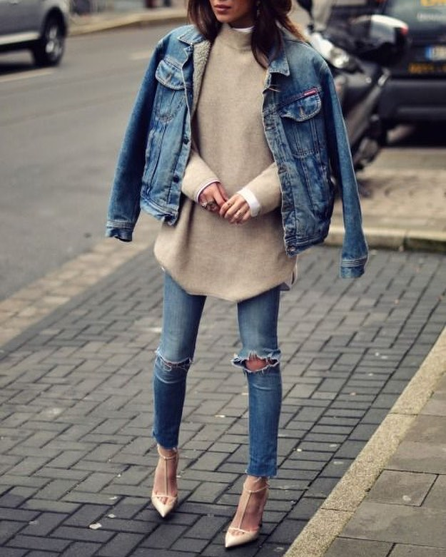 How To Wear Denim Jacket With Oversized Sweater, Knee Ripped Jeans And Nude Pointed Toe Heels 2020
