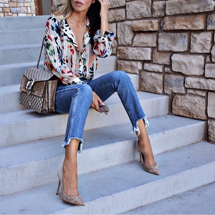 How To Wear White Shirt In Floral Print With Frayed Jeans And Beige Suede Pumps 2020
