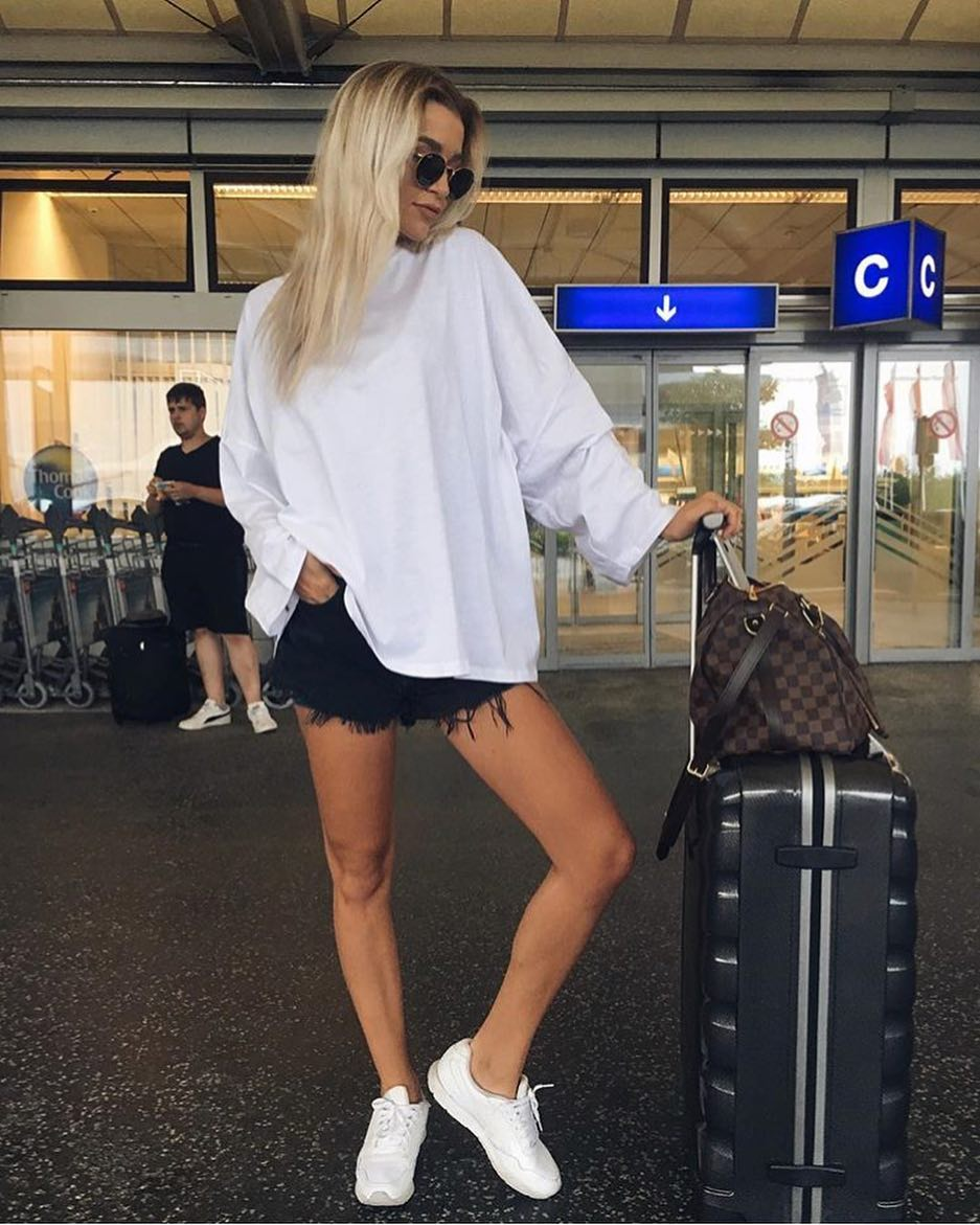 Airport Look: White Oversized Pullover With Black Denim Shorts And White Kicks 2020