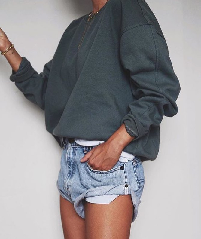 How To Wear Emerald Green Oversized Pullover And Denim Shorts 2019