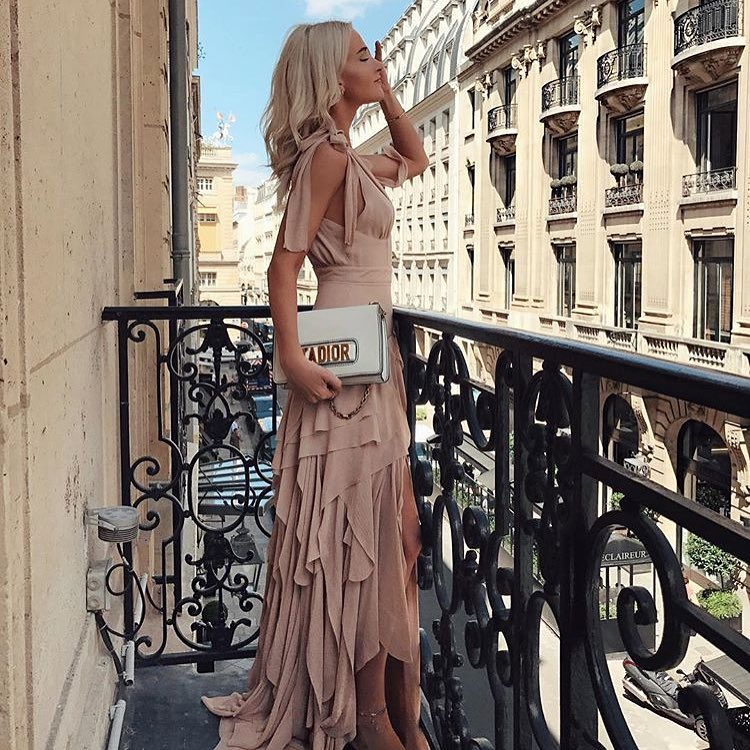 How To Wear Blush Layered Slim Dress With A White Clutch 2019