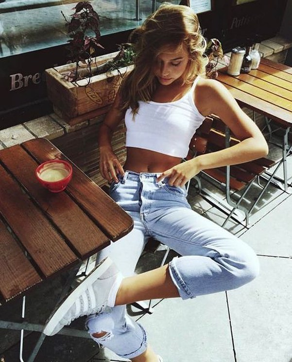 How To Wear White Crop Tank Top With Light Blue Ripped Jeans And White Sneakers 2021