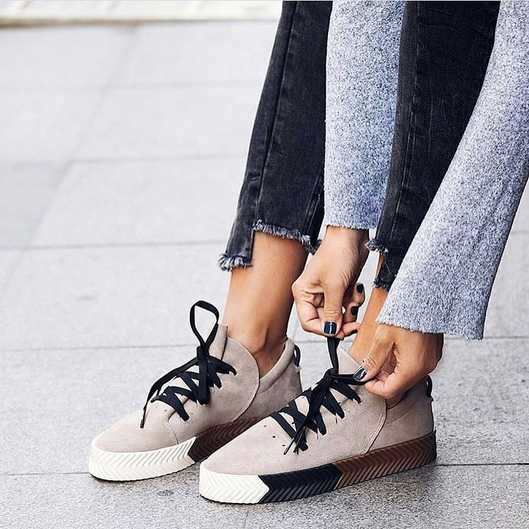 How To Wear Suede Beige Sneakers With Frayed Ankle Length Charcoal Jeans 2020