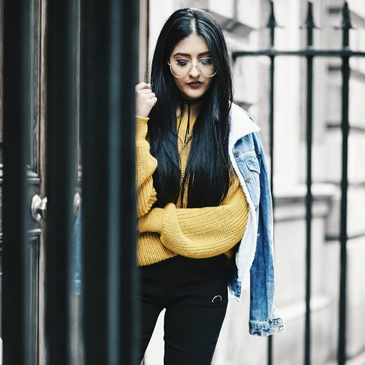 How To Style Yellow Oversized Knitted Sweater With Black Skinnies And Denim Jacket 2019