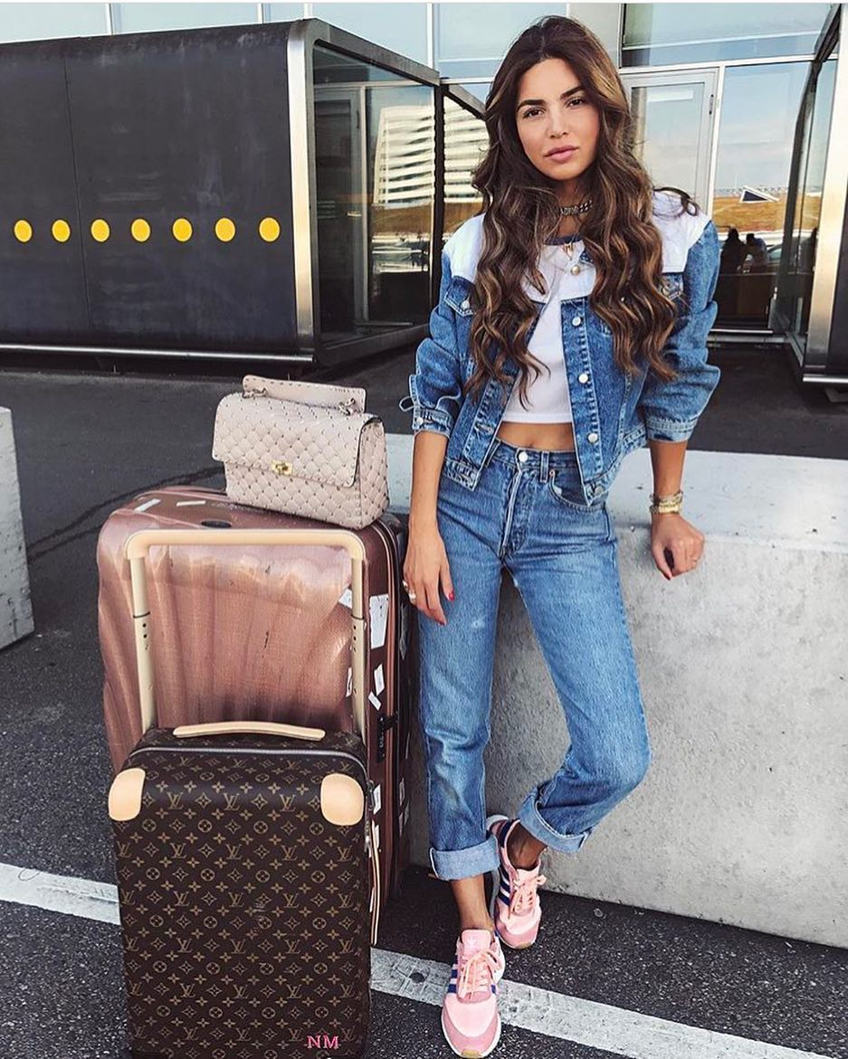 Double Denim Airport Look: Denim Jacket, White Crop Top, Cuffed Jeans And Pink Sneakers 2020