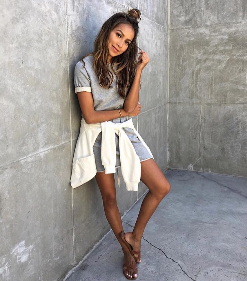 How To Wear Short Sleeved Grey Jersey Dress With White Pullover And Brown Sandals 2020