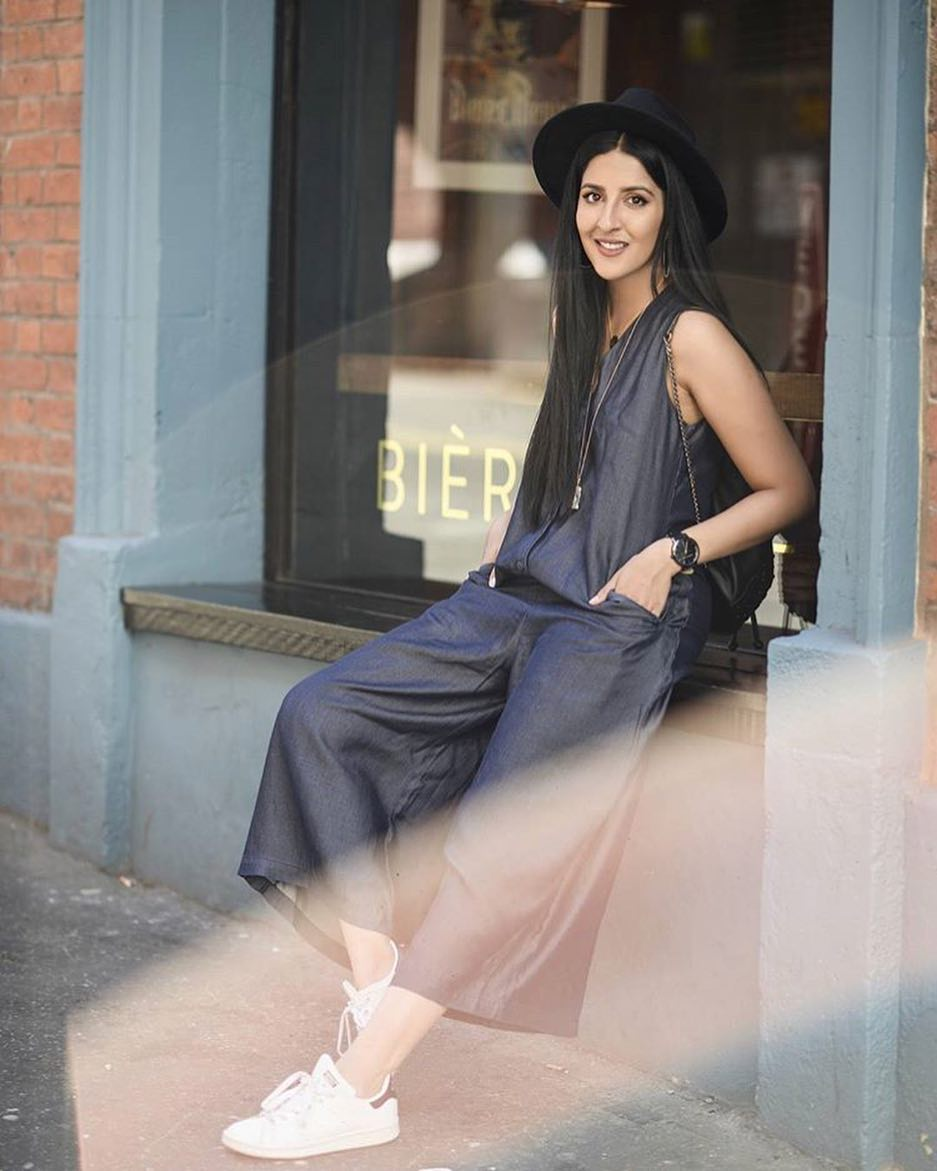 How To Wear Navy Jumpsuit Culottes With Black Fedora And White Sneakers 2019