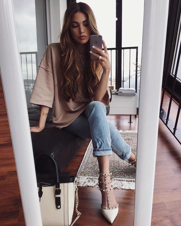 How To Style Studded Caged Pointed Toe Pumps With Jeans And Oversized Tee 2020