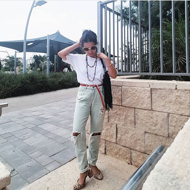 Tomboy Chic Look: White Tee Tucked In Knee Ripped Jeans With Leopard Print Pumps 2019