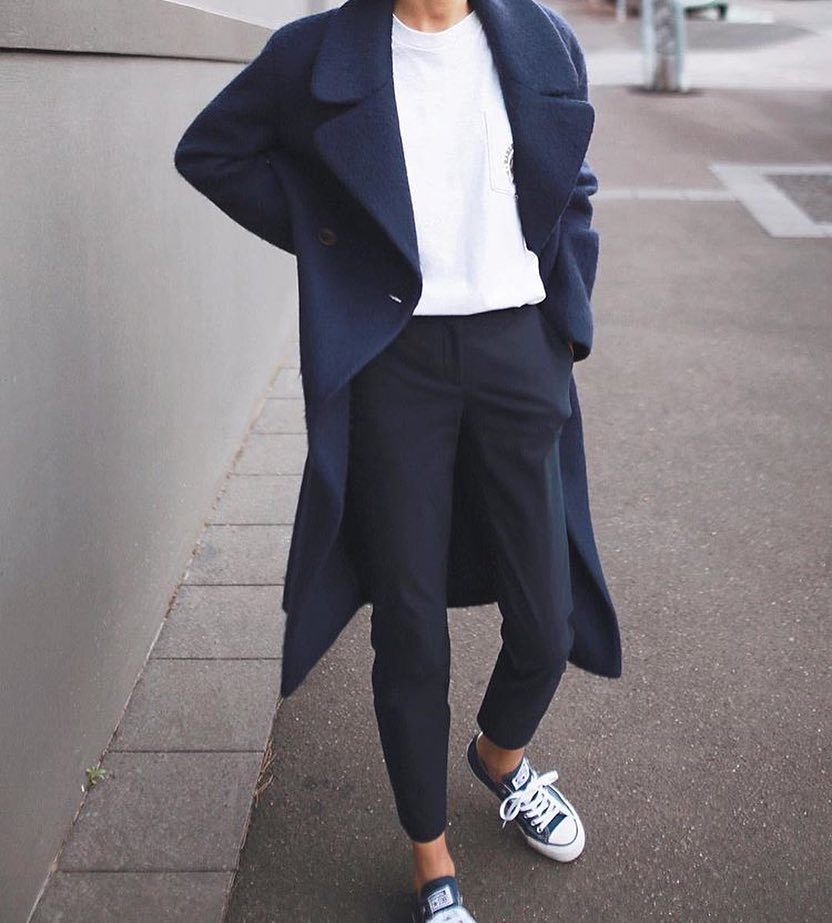 Monochrome OOTD: Navy Coat, White Tee And Navy Pants With Trainers 2019