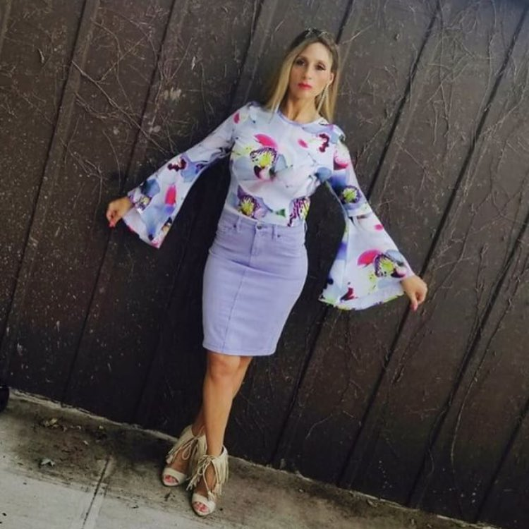How To Wear Floral Print Bell Sleeve Blouse With Pencil Skirt And Fringed Sandals 2020
