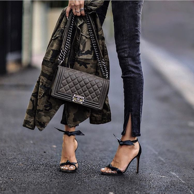 How To Style Camouflage Print Jacket With Skinny Jeans And Black Leather Heeled Sandals 2021