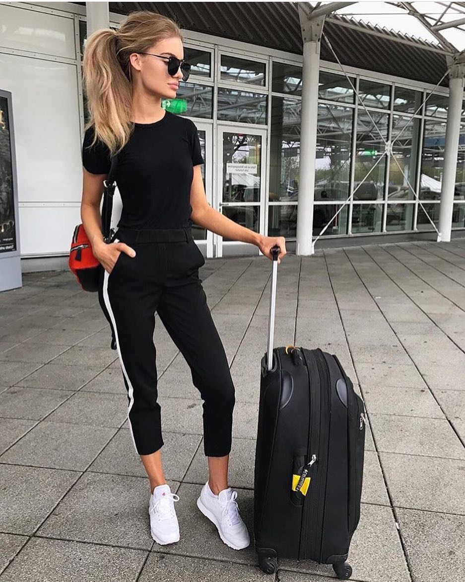 Relaxed Sports Look As Airport Outfit: Black Tee, Black Joggers And White Kicks 2020
