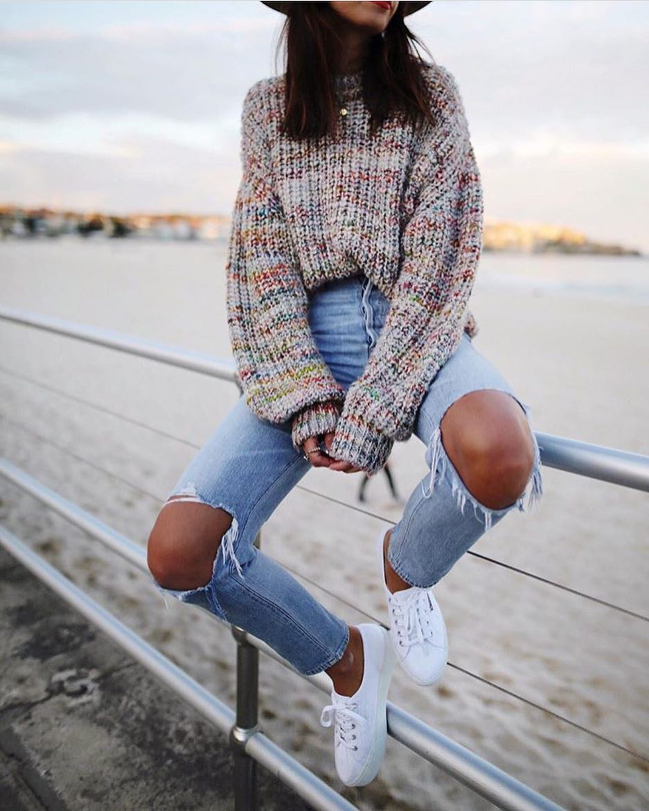 Fall Basics: Oversized Sweater, Knee Ripped Jeans And White Sneakers 2019