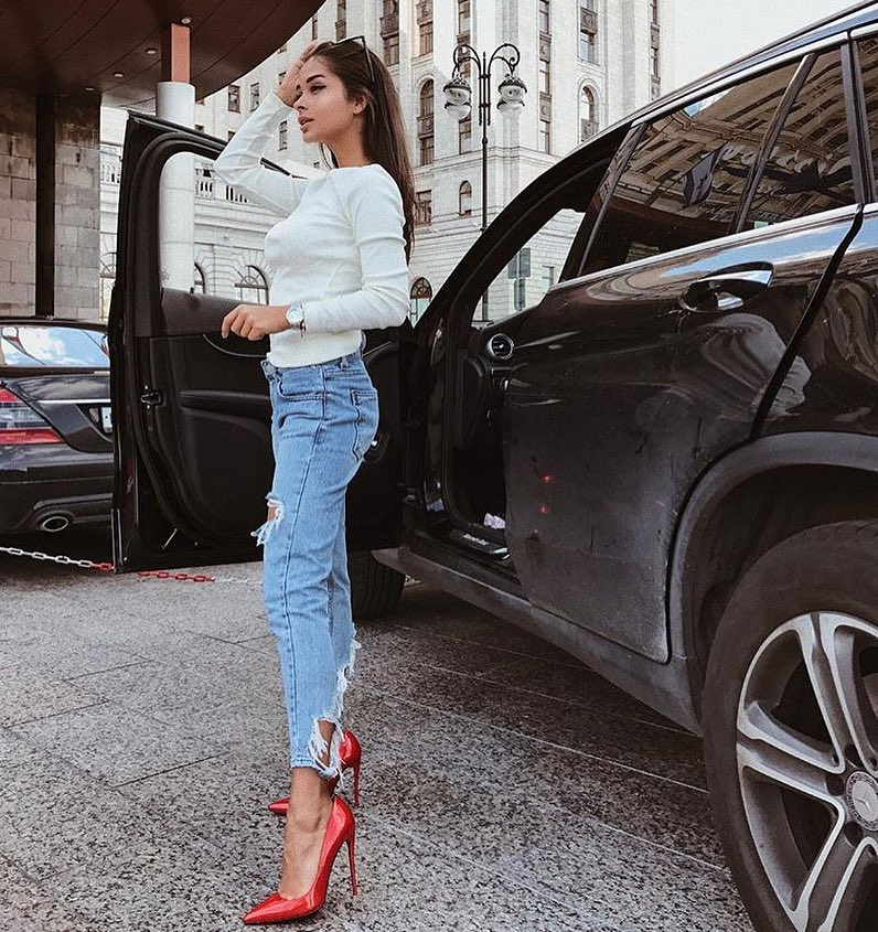 Spring Basics: White Sweater, Ripped Slim Jeans And Glossy Red Heels 2019