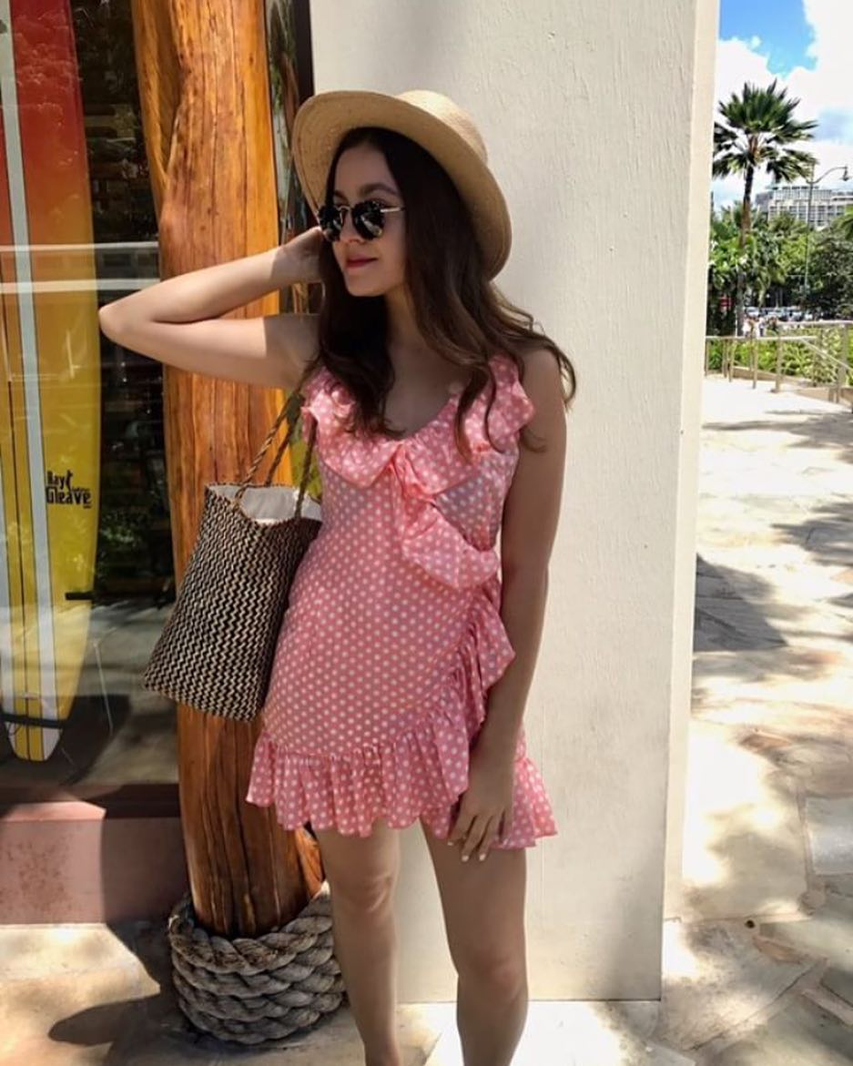Summer Must Haves: Ruffled Dress In White Dots, Straw Hat And Rounded Sunglasses 2019