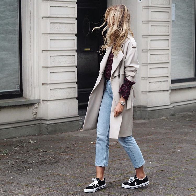 How To Wear Grey Trench Coat With A Printed Shirt, Blue Jeans And Trainers 2020