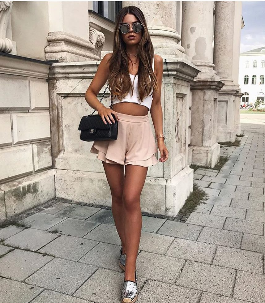 How To Wear Pink Layered Shorts With White Crop Top And Mirrored Sunglasses 2020