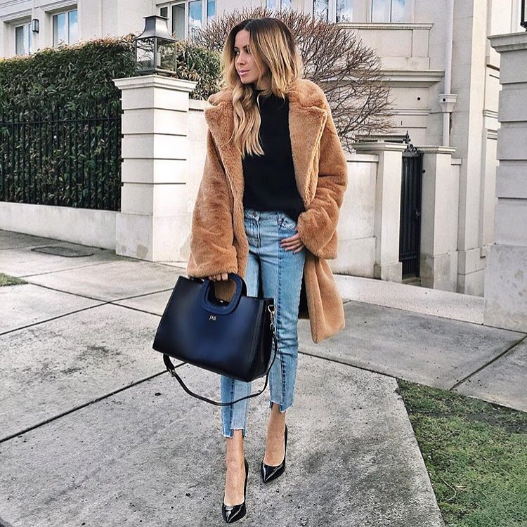 How To Wear Teddy Bear Coat With Black Sweater, Slim Jeans And Black Pumps 2020