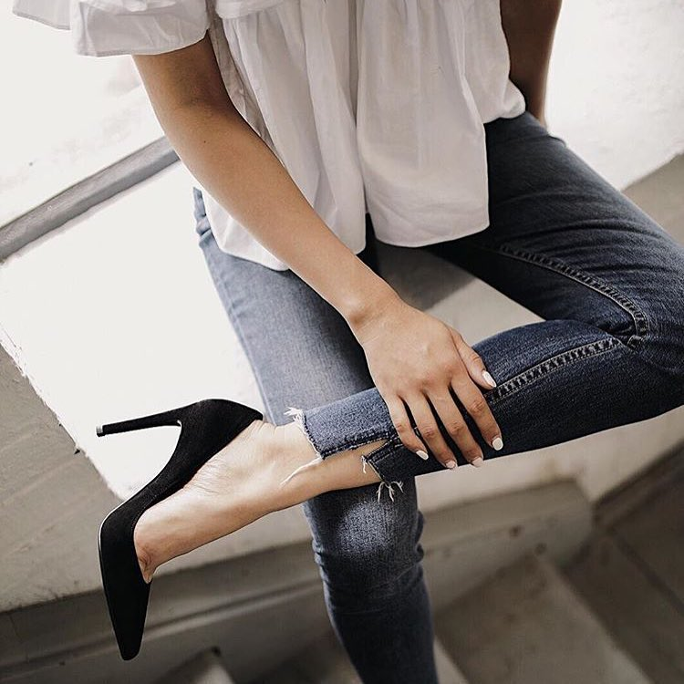 White Blouse, Slim Jeans And Black Heels: Perfect Day Look 2019