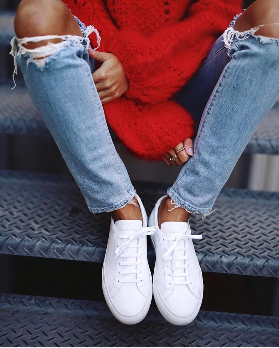 Day Off Look: White Sneakers, Knee Ripped Jeans And Red Sweater 2019