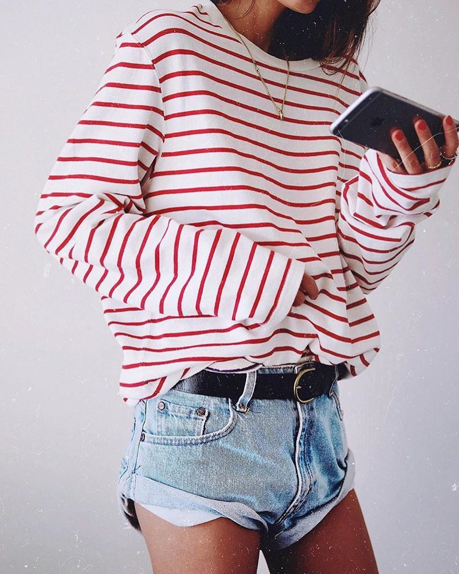 How To Wear Oversized White Sweashirt In Red Stripes Tucked In Denim Shorts 2019