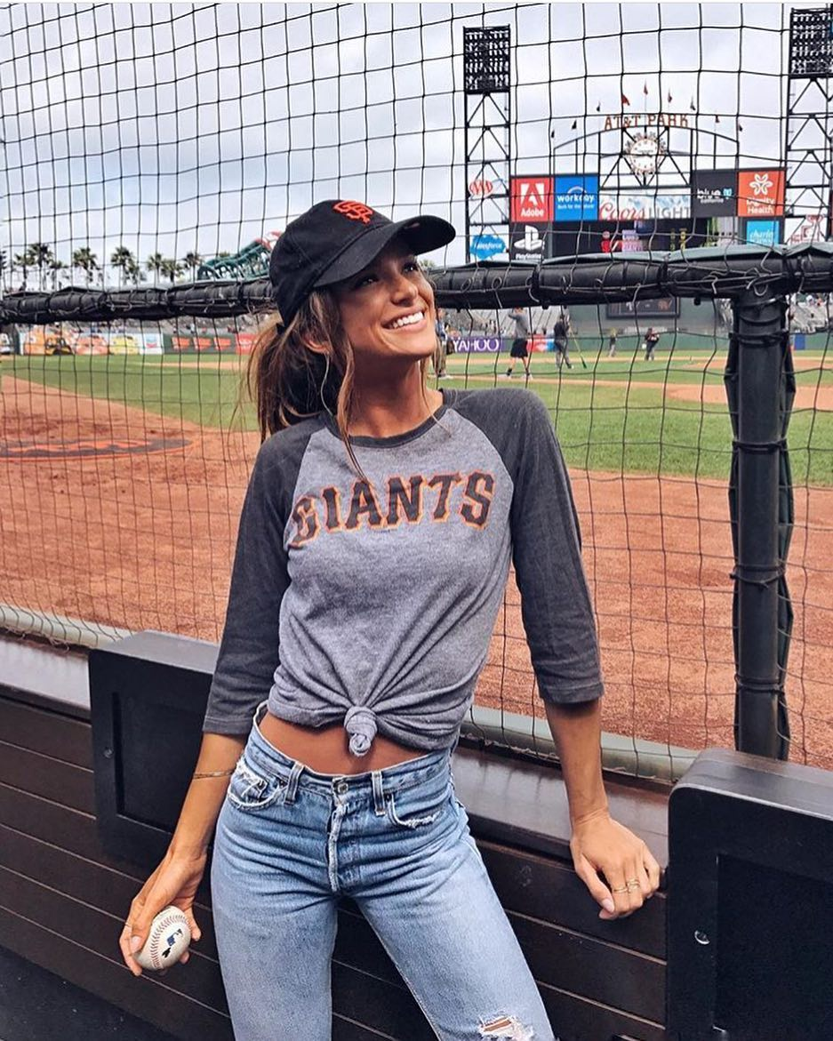 An Ideal Baseball Outfit For Ladies: Front-Tied Raglan Top, Ripped Jeans And Cap 2021
