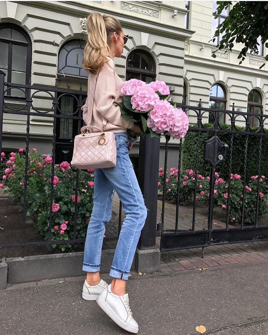 London Spring Outfit Idea: Blush Sweater, Cuffed Jeans And Silver White Kicks 2019