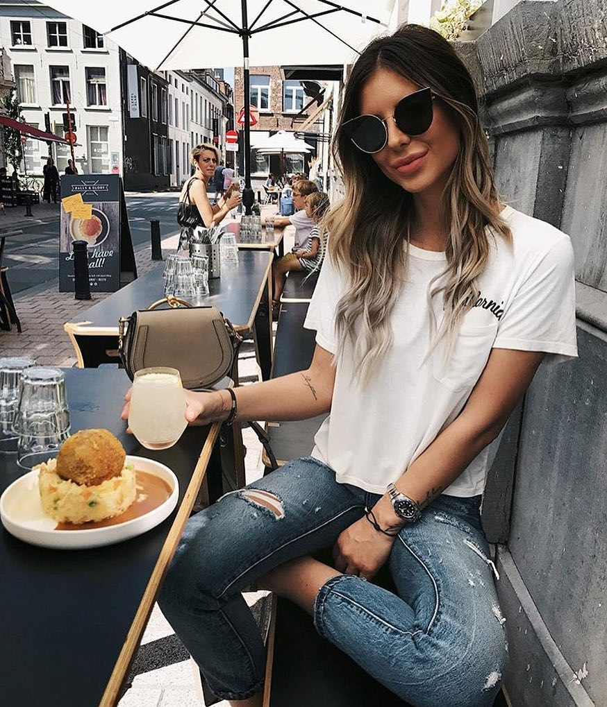 New York Summer Look: Simple White T-Shirt, Ripped Jeans And Kicks 2021