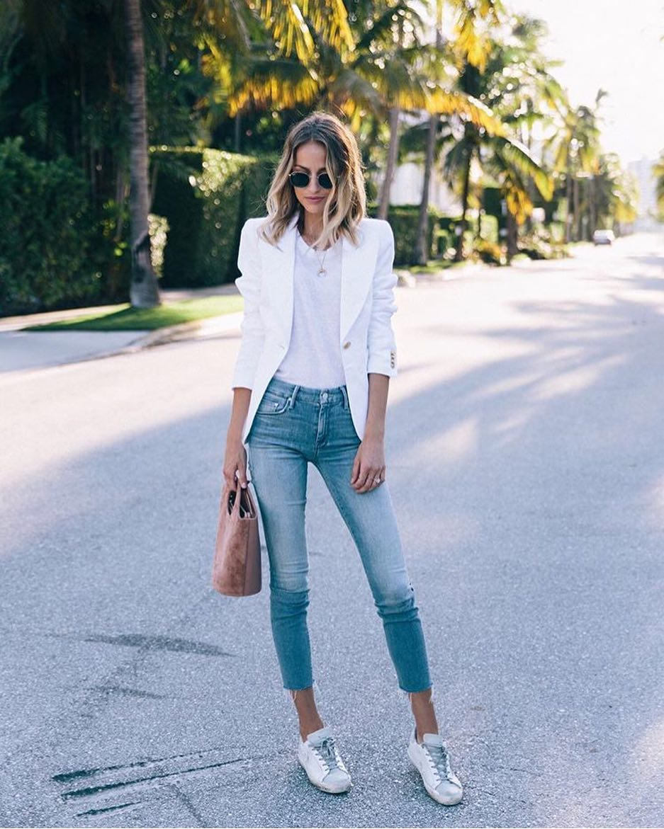 Los Angeles Smart Casual Style: White Blazer, White Tee, Blue Jeans And White Kicks 2021