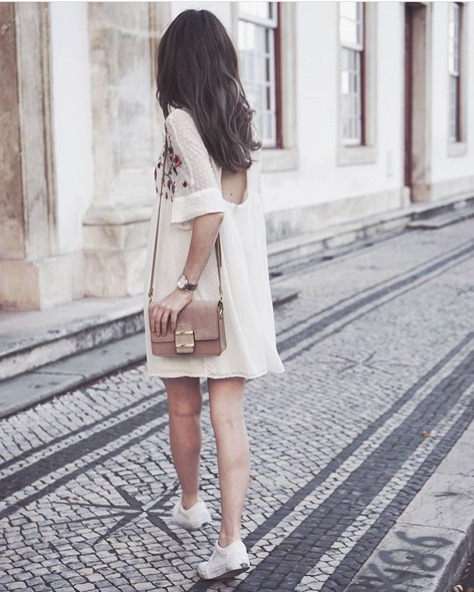 Sporty Boho Look: White Shift Dress With An Open Back And White Sneakers 2021