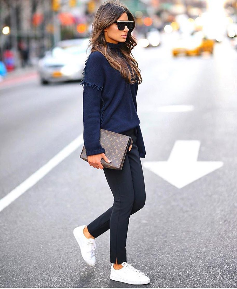 Spring New York Essentials: Navy Sweater, Navy Pants And White Sneakers 2019