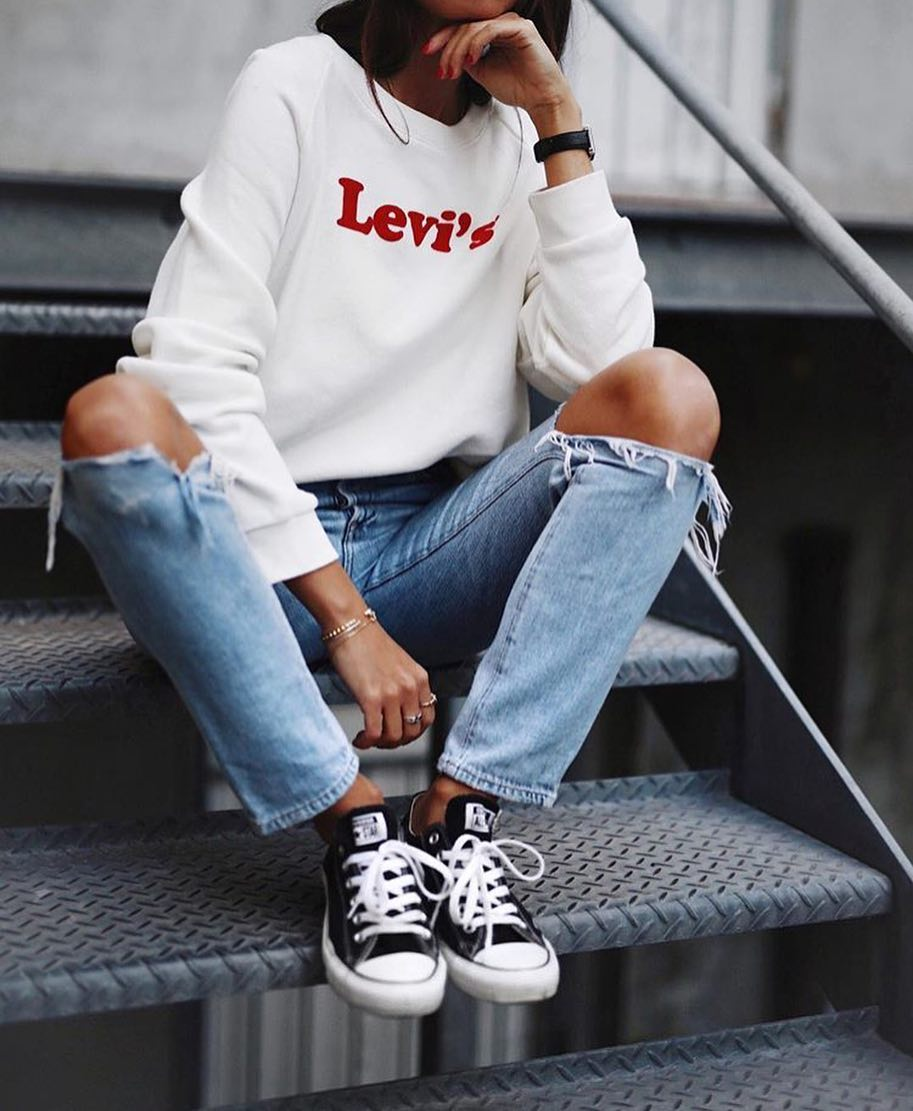 Spring New York Outfit Idea: White Sweatshirt And Knee Ripped Jeans 2019