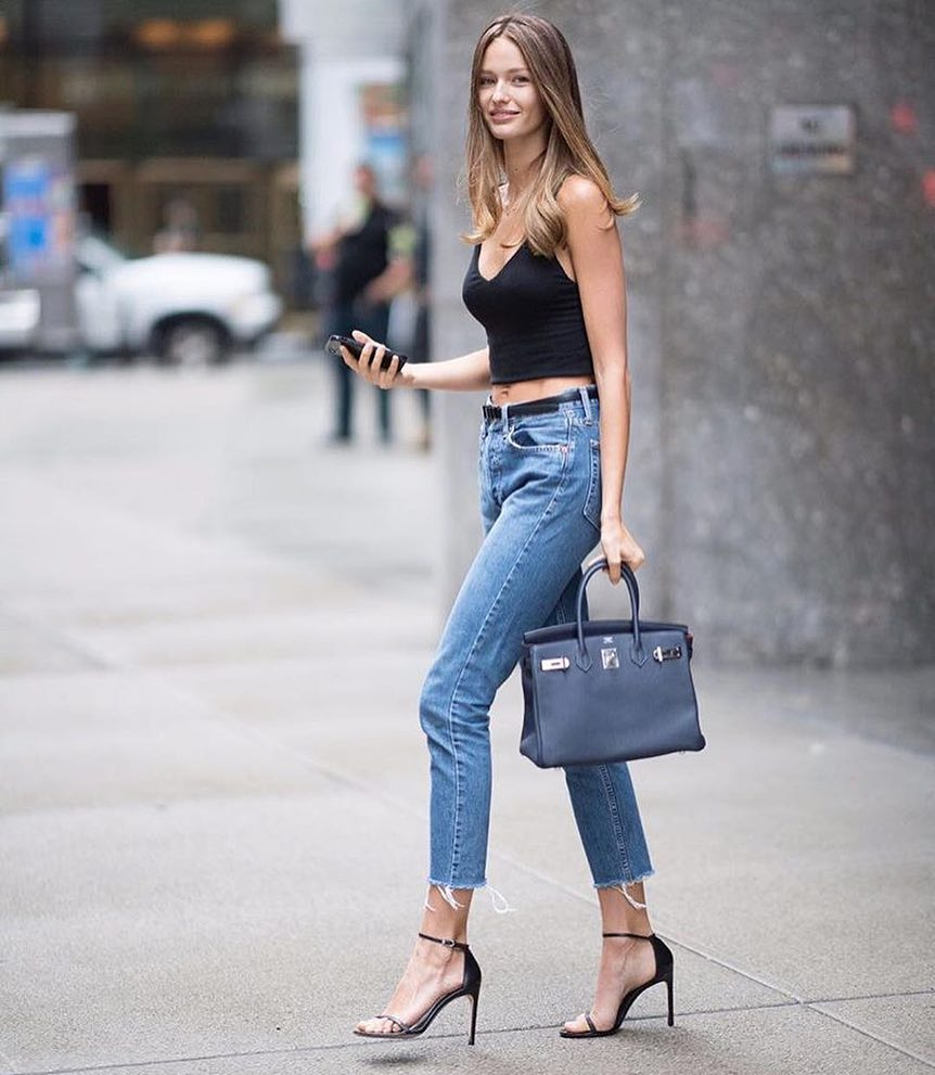 Summer New York Style: Black Crop Tank Top And Blue Frayed Jeans With Black Heels 2021