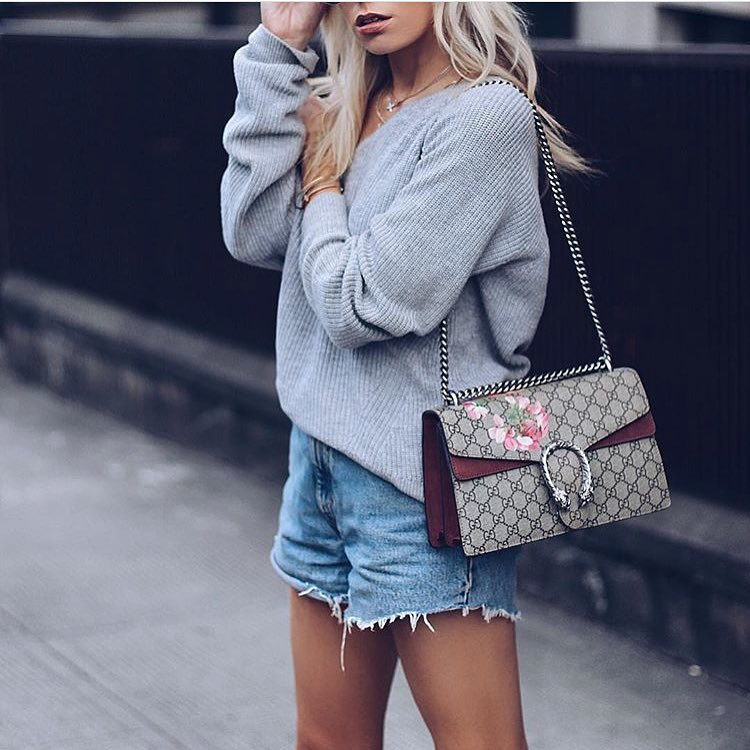 New York Casual Day Outfit Idea: Slouchy Sweater And Denim Shorts 2021