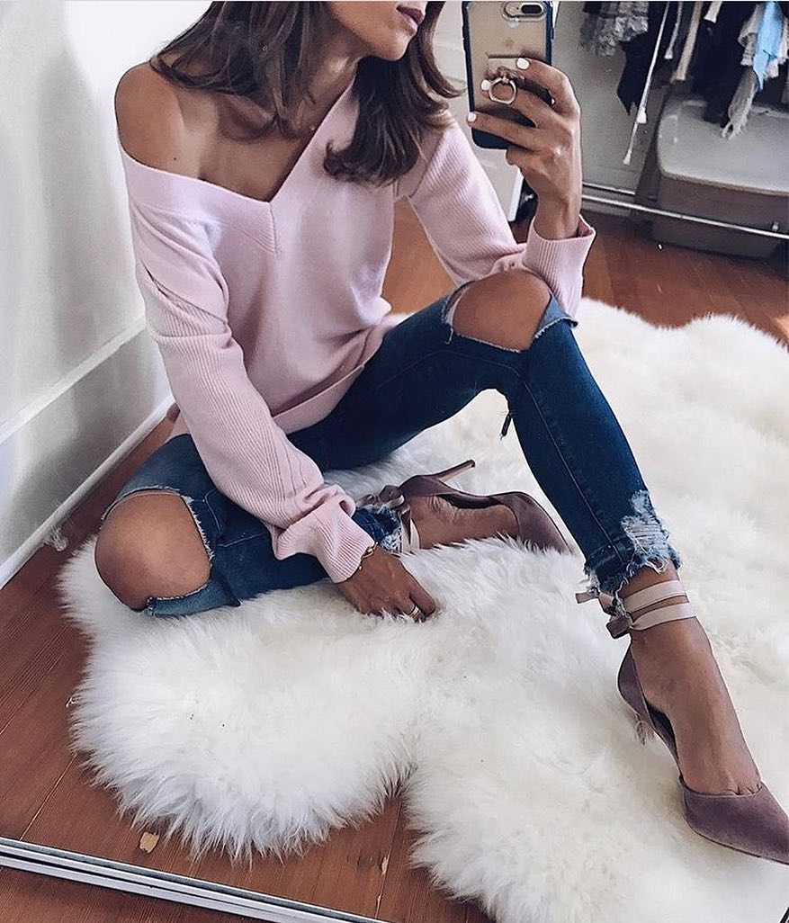 How To Wear Blush V-neck Sweater With Knee-Ripped Skinnies This Spring 2020