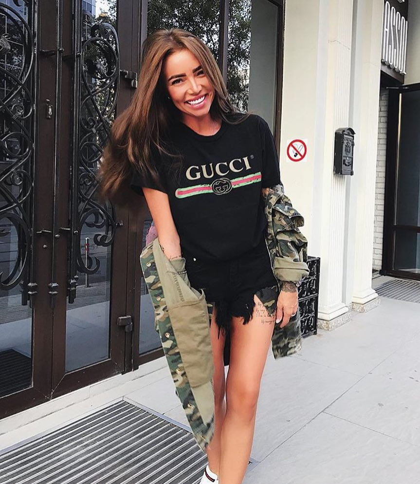 How To Wear Camouflage Print Jacket With Black Tee And Black Denim Shorts 2021