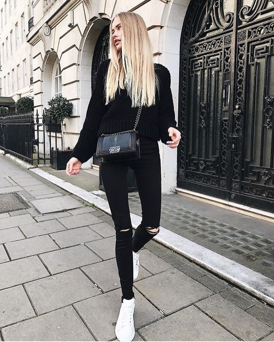 Casual Fall OOTD: Black Sweater, Black Skinny Jeans And White Sneakers 2020